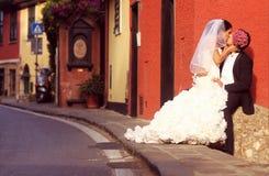 Brud- och brudgumförälskelse Fotografering för Bildbyråer