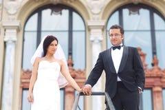 Brud- och brudgumförälskelse Arkivfoton