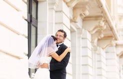 Brud- och brudgumförälskelse Royaltyfri Foto