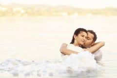 Brud- och brudgumförälskelse Arkivbilder