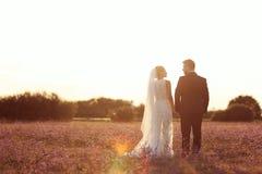 Brud- och brudgumförälskelse Arkivfoto
