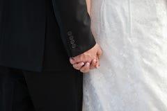 Brud- och brudgumhållhänder Royaltyfri Bild