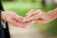 Brud- och brudgumholdinghänder Fotografering för Bildbyråer