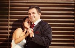 Brud- och brudguminnehavhänder Fotografering för Bildbyråer