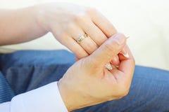 Brud- och brudguminnehavhänder utomhus Royaltyfria Bilder