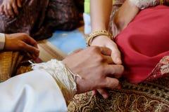 brud- och brudguminnehavhand Royaltyfri Bild