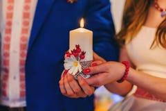 Brud- och brudguminnehavstearinljus Religiös kristen tradition för bröllop arkivbilder