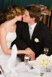 Brud och brudgumkyss Royaltyfri Foto