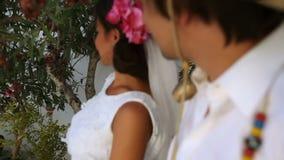 Brud och brudgumkyss Boho stil Grekland stock video