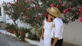 Brud- och brudgumkyss på gatan Boho stil Grekland arkivfilmer