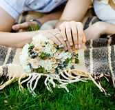 Brud- och brudgums händer med vigselringar (den mjuka fokusen) Arkivbilder