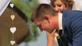 Brud- och brudgumtagandepenna och tecken som gifta sig certifikatet arkivfilmer