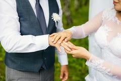 Brud- och brudgumutbytet ringer royaltyfri foto