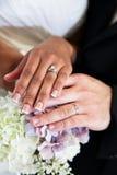 Brud- och brudgumvigselringar Arkivfoto