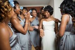 Brud och brudtärna som får klara för hennes bröllop Arkivbilder