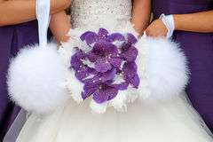 Brud och brudtärnor med den purpurfärgade orkidébuketten Arkivfoto
