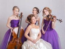 Brud och en musikalisk trio Royaltyfri Bild
