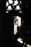 Brud- och fiancekram i dörren till taket av den gotiska domkyrkan Arkivfoton