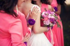 Brud och hennes brudtärnor med armband på händer Fotografering för Bildbyråer