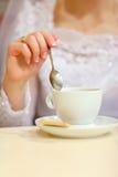 Brud och kopp kaffe Arkivfoton
