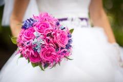 Brud och rosa blommor Royaltyfria Foton