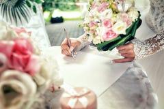 Brud på borgerlig bröllopceremoni Arkivfoto