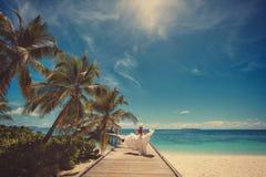 Brud på den härliga maldiviska stranden Royaltyfri Foto