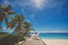 Brud på den härliga maldiviska stranden Fotografering för Bildbyråer