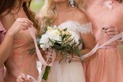 brud på ett bröllop med flickvännerna Arkivfoton