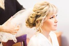 Brud på huvudbonaden för bröllop för friseringsalongdanande royaltyfri bild
