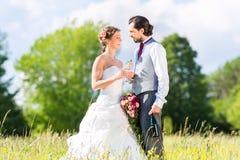 Brud- par firar bröllopdag med champagne arkivfoto