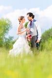 Brud- par firar bröllopdag med champagne royaltyfri bild