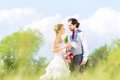 Brud- par firar bröllopdag med champagne arkivbilder