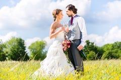 Brud- par firar bröllopdag med champagne royaltyfri fotografi