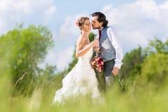 Brud- par firar bröllopdag med champagne fotografering för bildbyråer
