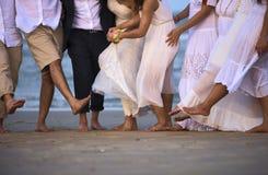 Brud- par med vänner i naturlig bakgrund Royaltyfria Foton