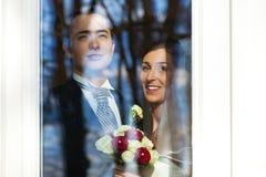 brud- par som plattforer deras weddfönster Arkivbilder