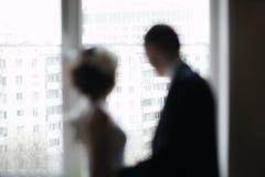 Brud- par som ut ser fönstret Royaltyfri Foto