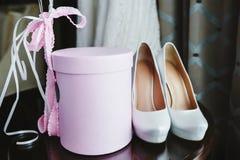 Brud- skor för elegans och rosa gåvaask med band Royaltyfri Fotografi