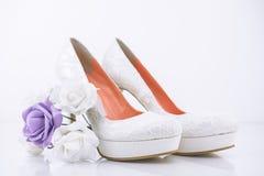 Brud- skor för hög häl med den lilla brud- blommabuketten Fotografering för Bildbyråer