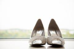 Brud- skor för silver Arkivfoto