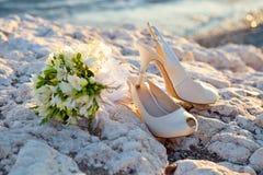 Brud- skor och buketten Fotografering för Bildbyråer