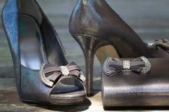 Brud- skor och kopplinghandväska Arkivbilder