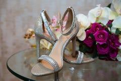 Brud- skor på en glass tabell Royaltyfria Bilder