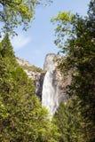 Brud- skyla vattenfallet arkivbild