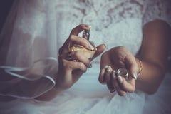 Brud som applicerar doft på henne wrist Royaltyfria Bilder