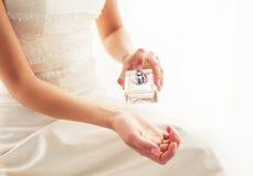 Brud som besprutar doft Royaltyfria Bilder
