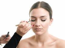 Brud som får eyeliner på ögonlocket Arkivbild