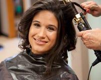 Brud som får hår gjort på bröllopdag Royaltyfri Bild