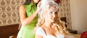 Brud som får klar för att gifta sig i hårdressing Arkivbild